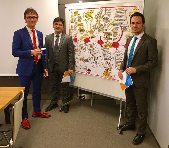 """Karvin johtaja Harri Peltoniemen seurassa Tofig Ahmadov (keskellä) ja Elshan Nuriyev (oikealla). He ovat Azerbaidzhanin opetusministeriöstä ja vierailevat tällä viikolla Karvissa. Vierailun aiheena on """"Benchmarking the organisational arrangements""""."""