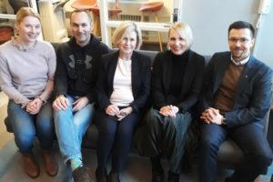 Kirjoittajat istumassa yhdessä sohvalla.